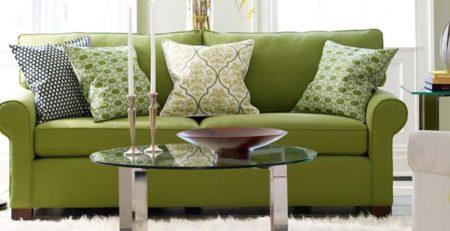 Un sofá verde como ejemplo de muebles verdes en la decoración del hogar