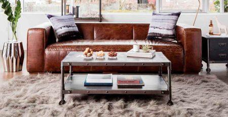 El salón de una casa con muebles industriales
