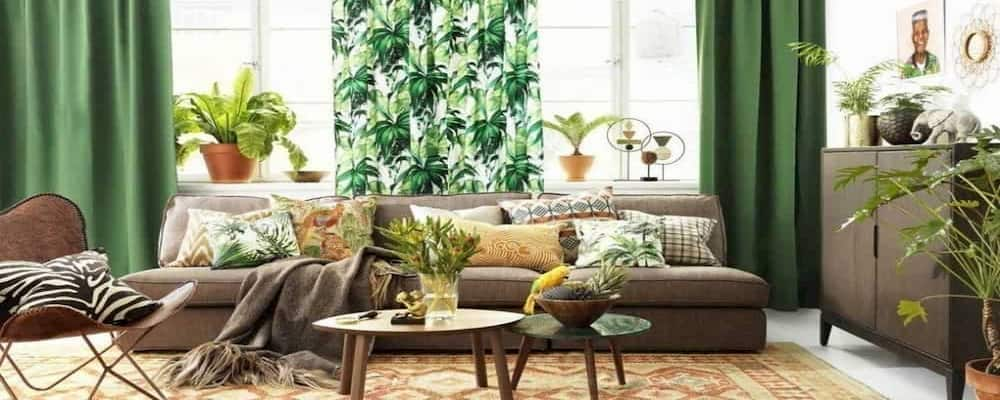 Una sala de estar con decoración estilo tropical