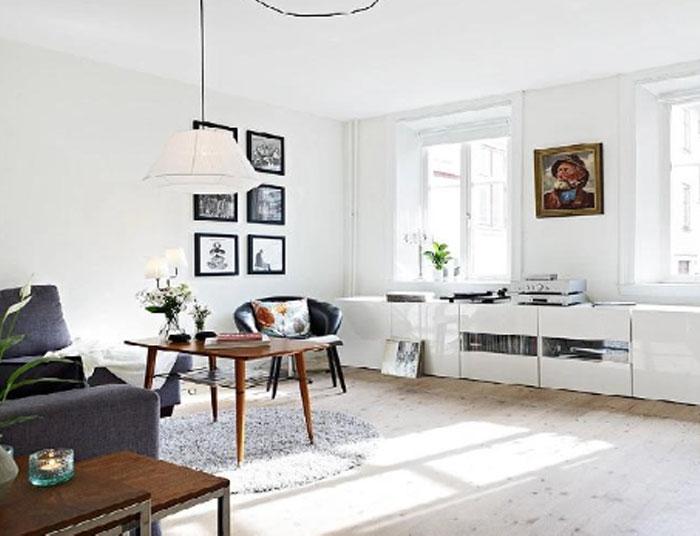 Un ejemplo de salón en el que se combinan muebles con parquet en tonos claros