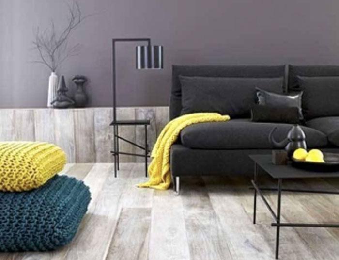 Un ejemplo de salón en el que se combinan muebles oscuros con suelos de parquet claros