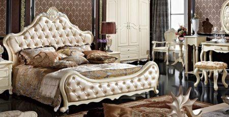 Un dormitorio con muebles estilo parisino
