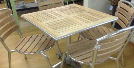 Mesas y sillas de aluminio en interior